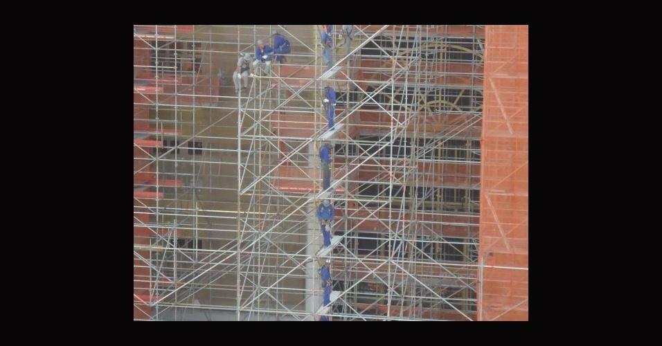 28.abr.2014 - Operários trabalham em ritmo acelerado para a conclusão do Templo de Salomão, na região central de São Paulo. A obra contou com cerca de 1.800 funcionários e cerca de 50 fornecedores de materiais e serviços, segundo a assessoria de imprensa da Igreja Universal do Reino de Deus