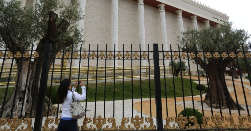 29.jul.2014 - Mulher fotografa o Templo de Salomão, da Igreja Universal do Reino de Deus, localizado no bairro do Brás, na zona central de São Paulo. A obra, que levou quatro anos para ser construída a um custo de cerca de US$ 305 milhões (R$ 680 milhões), tem inauguração programada para 31 de julho