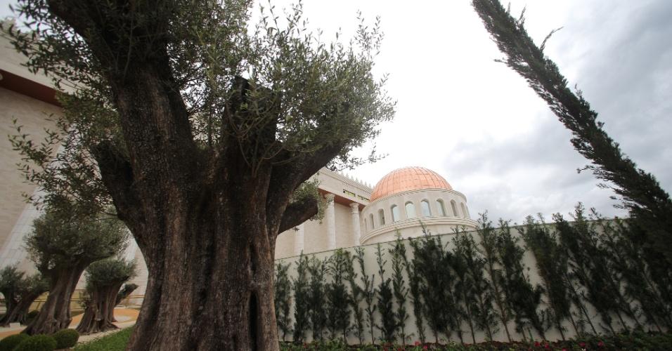 25.jul.2014 - Réplica do Monte das Oliveiras, com 12 árvores importadas do Uruguai, é construída no Templo de Salomão, na região central de São Paulo
