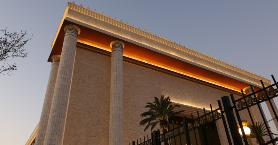 30.jul.2013 - Iluminação é reforçada para destacar Templo de Salomão, ligado à Igreja Universal do Reino de Deus, construído na região central de São Paulo