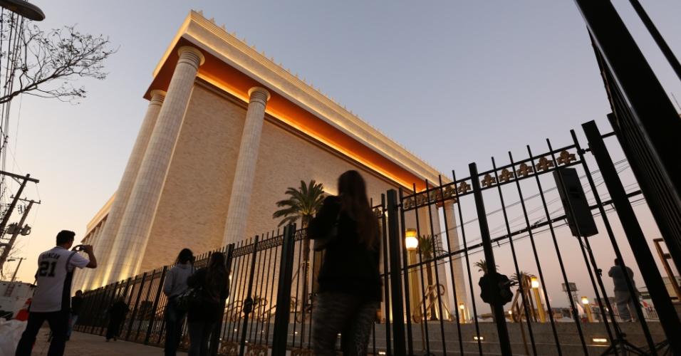 30.jul.2013 - Pedestres passam em frente ao Templo de Salomão, ligado à Igreja Universal do Reino de Deus, recém-construído na região central de São Paulo