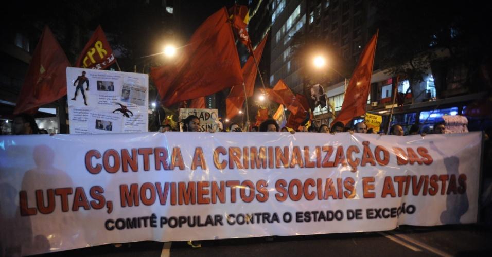 30.jul.2014 - Ativistas exibem faixa durante protesto contra a repressão policial e a criminalização das manifestações, nesta quarta-feira, no Rio de Janeiro