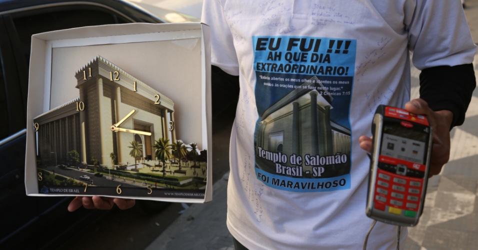30.jul.2014 - Camelô vende artigos religiosos em frente ao Templo de Salomão, construído na região central de São Paulo