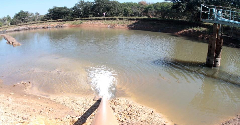 31.jul.2014 - Caminhões pipa são usados para retirar água de lagoas da cidade de Saltinho, em São Paulo, e levar para a estação de tratamento de água para elevar o nível, nesta quinta-feira (31). São despejados por dia aproximadamente 13 caminhões pipa de água. Entre sete cidades das regiões de Piracicaba e Campinas que fazem racionamento de água, Saltinho é a que apresenta o contingenciamento mais severo. A população da cidade tem abastecimento apenas 3h por dia, das 16h às 19h