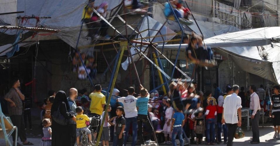 31.jul.2014 - Crianças brincam em roda gigante improvisada em Aleppo, na Síria