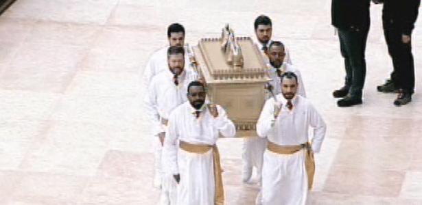 31.jul..2014 - Fiéis carregam arca durante cerimônia de inauguração do Templo de Salomão, localizado no bairro do Brás, em São Paulo