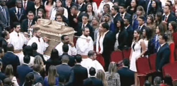 31.jul.2014 - Fiéis carregam arca durante cerimônia de inauguração do Templo de Salomão, localizado no bairro do Brás, em São Paulo