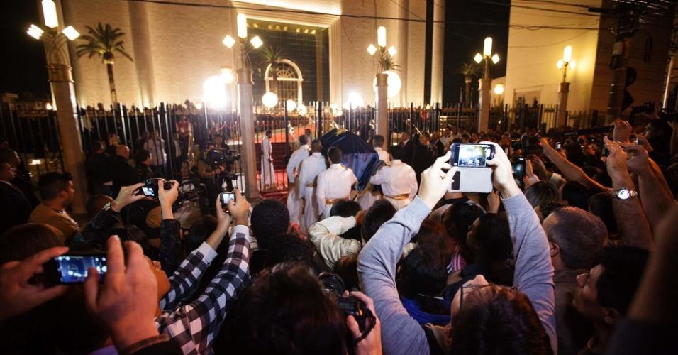 31.jul.2014 - Fiéis se amontoam para registrar momentos da cerimônia de inauguração do Templo da Salomão, localizado no bairro do Brás, no centro de São Paulo