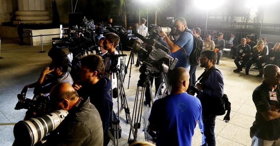 31.jul.2014 - Jornalistas participam de cobertura da inauguração do lado de fora do Templo de Salomão. A imprensa não foi autorizada no local