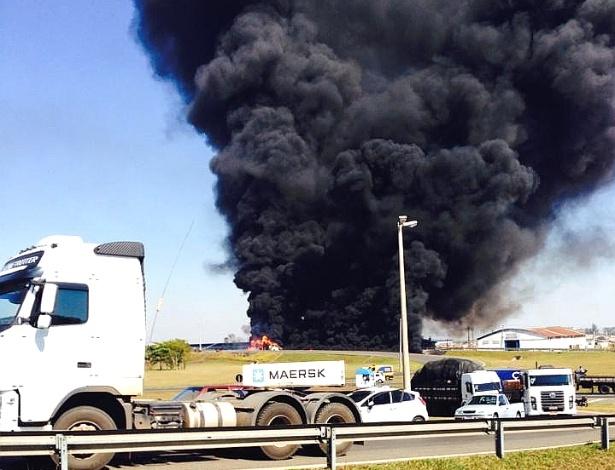 Caminhão com 46 mil litros de gasolina tombou e explodiu em Rio Claro (SP)