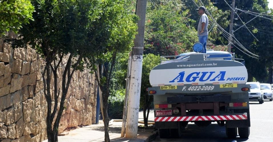 1º.ago.2014 - Empresas de caminhões-pipa têm aumentado venda de água desde o início da crise hídrica que afeta o município de Itu, a 101 km de São Paulo