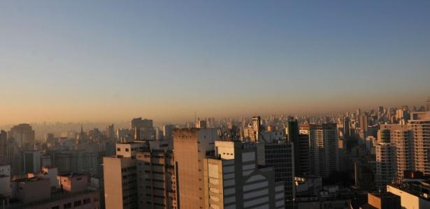 Camada de poluição é vista em SP em manhã com céu claro e sem nuvens