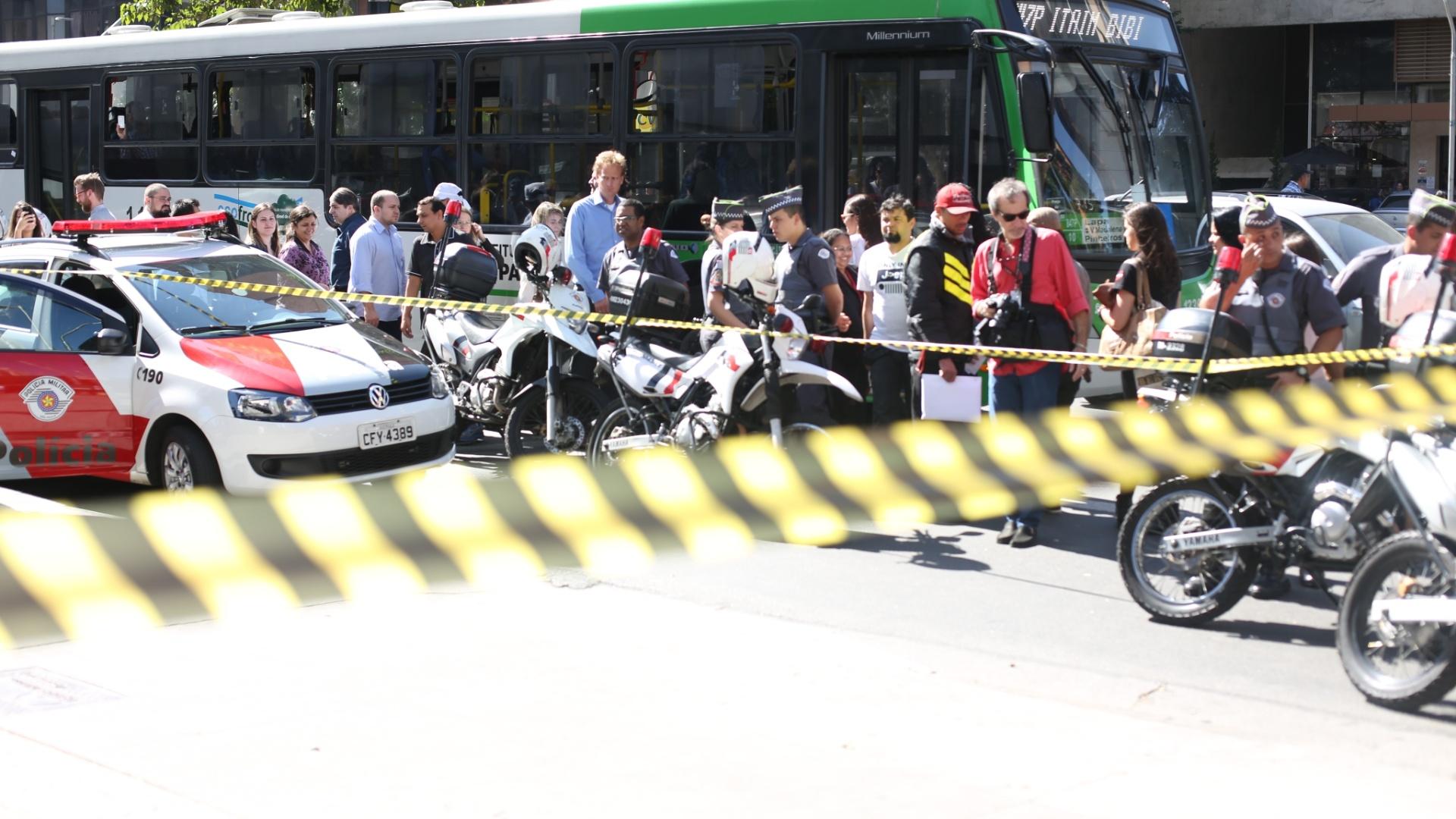 4.ago.2014 - Policiais isolam área onde ocorreu um tiroteio na altura do número 2.000 da avenida Faria Lima, no Jardim Paulistano, zona oeste de São Paulo. Pelo menos quatro pessoas ficaram feriadas