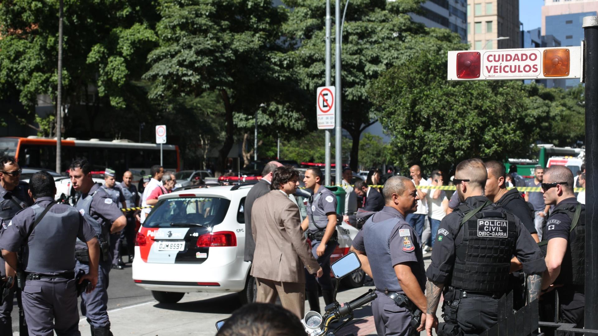 4.ago.2014 - Policiais isolam área onde ocorreu um tiroteio na altura do número 2.000 da avenida Faria Lima, no Jardim Paulistano, zona oeste de São Paulo. Pelo menos quatro pessoas ficaram feridas