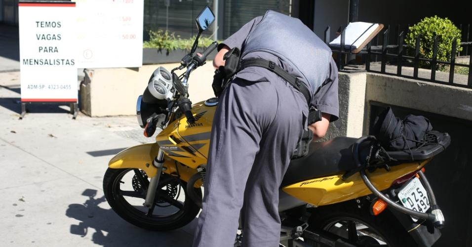 4.ago.2014 - Policial inspeciona motocicleta após tiroteio que ocorreu na altura do número 2.000 da avenida Faria Lima, no Jardim Paulistano, zona oeste de São Paulo. Pelo menos quatro pessoas ficaram feriadas