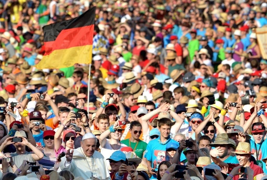 5.ago.2014 - Papa Francisco participa nesta terça-feira (5) de celebração na praça de São Pedro, no Vaticano, com mais de 50 mil coroinhas alemães e austríacos, durante a tradicional peregrinação anual organizada pelas dioceses dos dois países