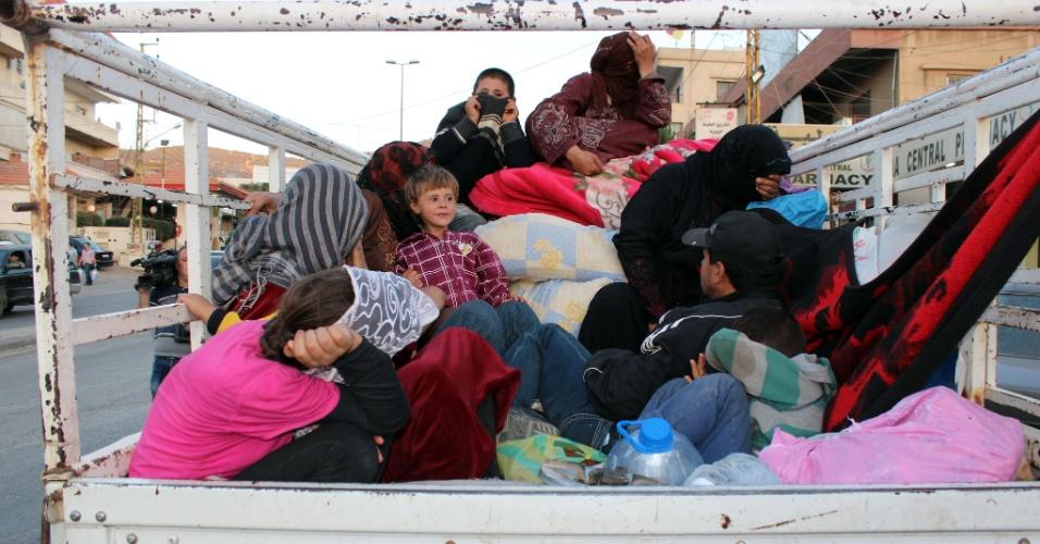 7.ago.2014 - Refugiados sírios chegam à fronteira de Masnaa para atravessar a borda entre o Líbano e a Síria, nesta quinta-feira (7), após fugir da cidade rebelde libanesa de Arsal para retornar à Síria. Ao menos 1.700 refugiados tem deixado a cidade libanesa onde tropas lutam contra jihadistas há dias, para voltar à Síria