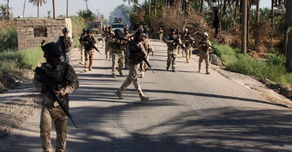 7.ago.2014 - Soldados iraquianos patrulham rua da aldeia de Jurf al-Sakhr, a 45 km de Bagdá, localizada entre a província de Anbar e a província Babil, depois de recuperarem o controle da região. Militantes do Estado Islâmico ampliaram as conquistas no norte do Iraque, tomando mais cidades e fortalecendo sua posição próximo à região curda, em uma ofensiva que tem preocupado o governo de Bagdá e potências regionais