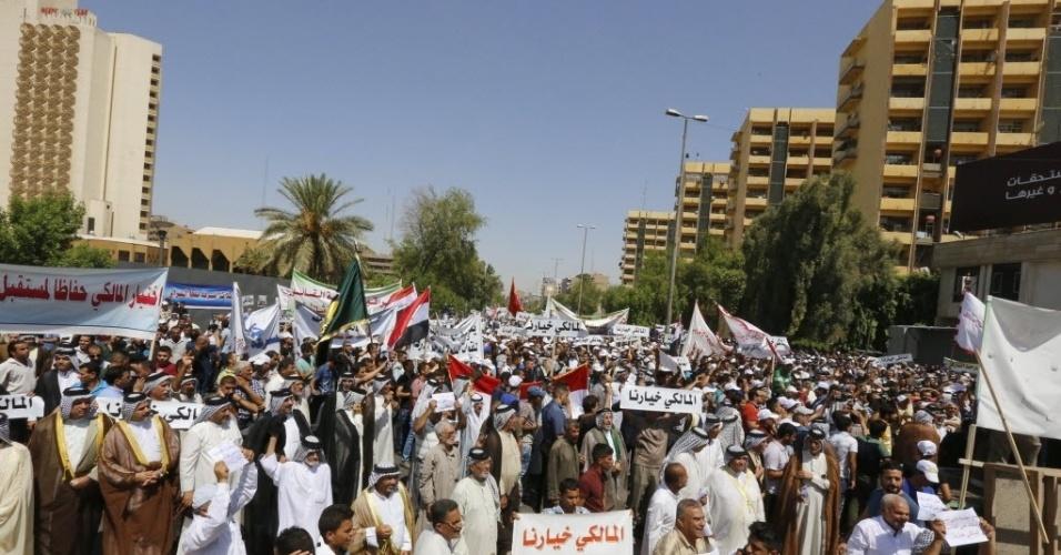 9.ago.2014 - Iraquianos se reúnem na praça Firdos, em Bagdá, em manifestação de apoio ao primeiro-ministro do Iraque, Nuri al-Maliki, neste sábado (9). Em julho, os Estados Unidos começaram a pressionar o recém-eleito presidente iraquiano, Fuad Masum, para que este formasse um