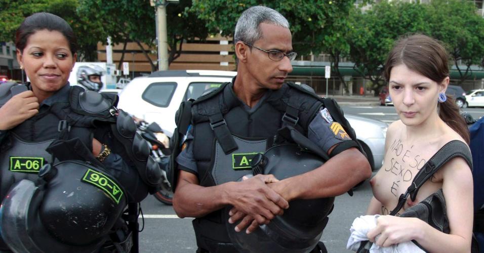 9.ago.2014 - Policiais acompanham a Marcha das Vadias em Copacabana, na zona sul do Rio de Janeiro