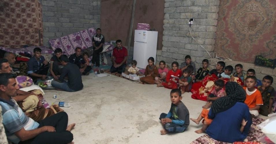 10.ago.2014 - Refugiados da minoria yazidi, que fugiram da violência na cidade iraquiana de Sinjar, em abrigo na província de Dohuk. Militantes do Estado Islâmico mataram ao menos 500 pessoas da minoria étnica yazidi no norte do Iraque, chegando a enterrar suas vítimas com vida e sequestrando centenas de mulheres, informou uma fonte do governo iraquiano neste domingo (10)