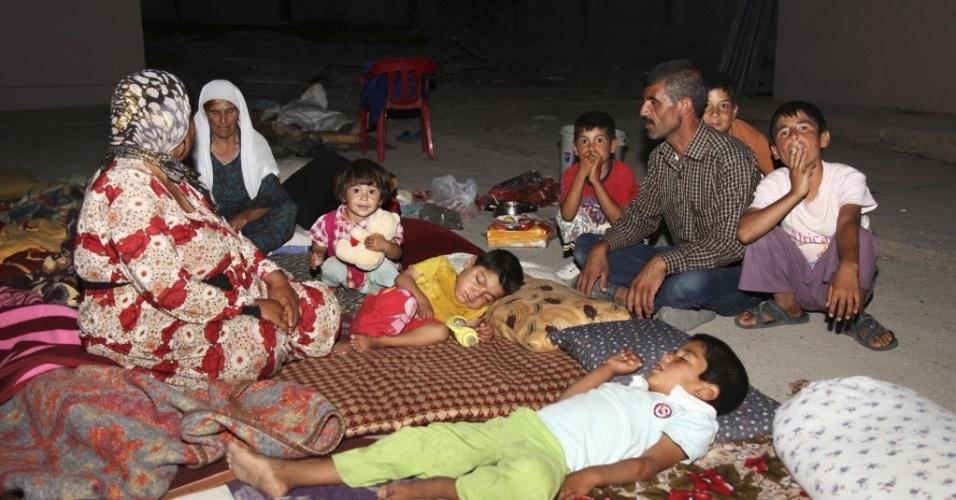 10.ago.2014 - Refugiados da minoria yazidi, que fugiram da violência na cidade iraquiana de Sinjar, em abrigo na província de Dohuk, no sábado (9). Militantes do Estado Islâmico mataram ao menos 500 pessoas da minoria étnica yazidi no norte do Iraque, chegando a enterrar suas vítimas com vida e sequestrando centenas de mulheres, informou uma fonte do governo iraquiano neste domingo (10)