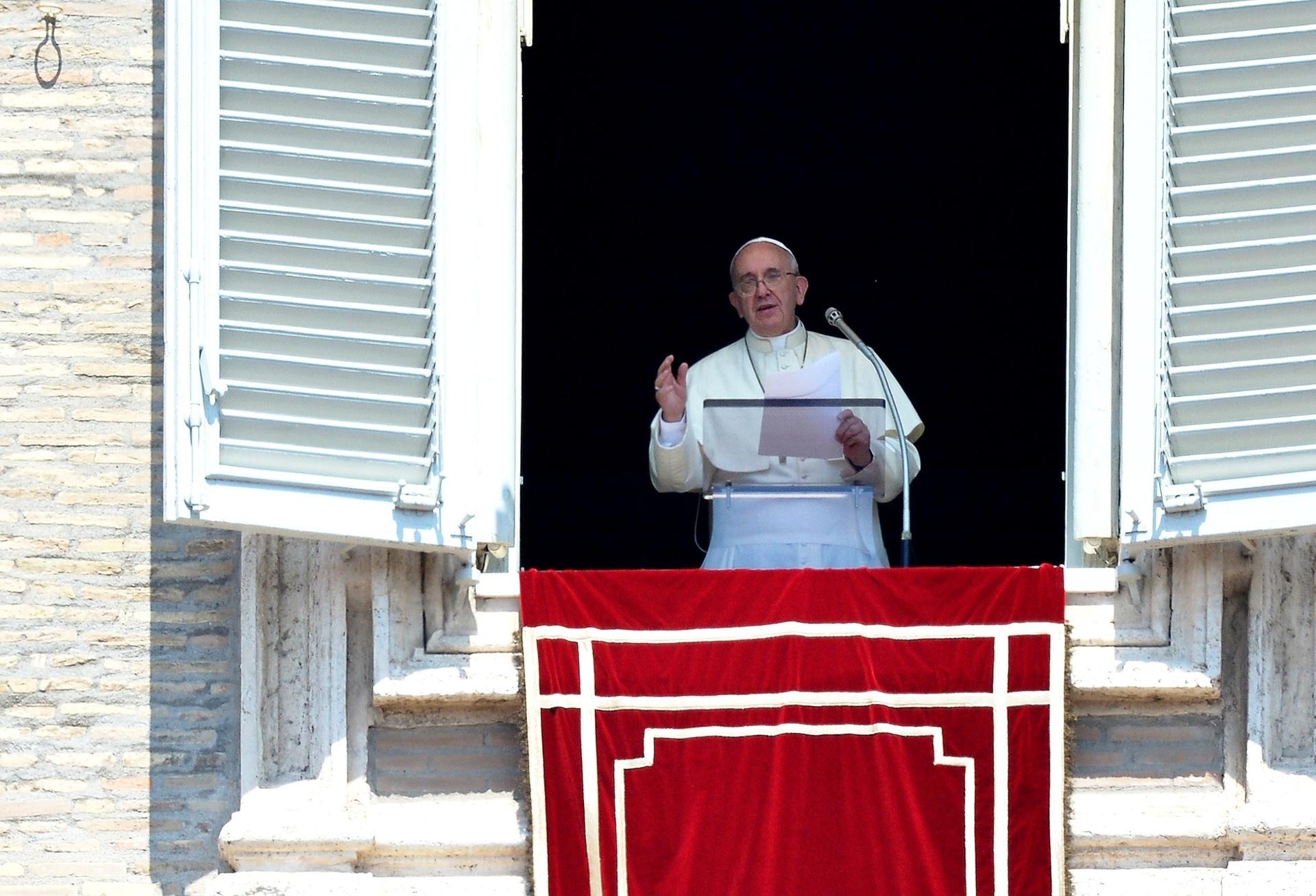 Papa Francisco reza o Angelus, neste domingo (10), no Vaticano. Ele criticou o conflito na faixa de Gaza e pediu que se faça guerras em nome de Deus