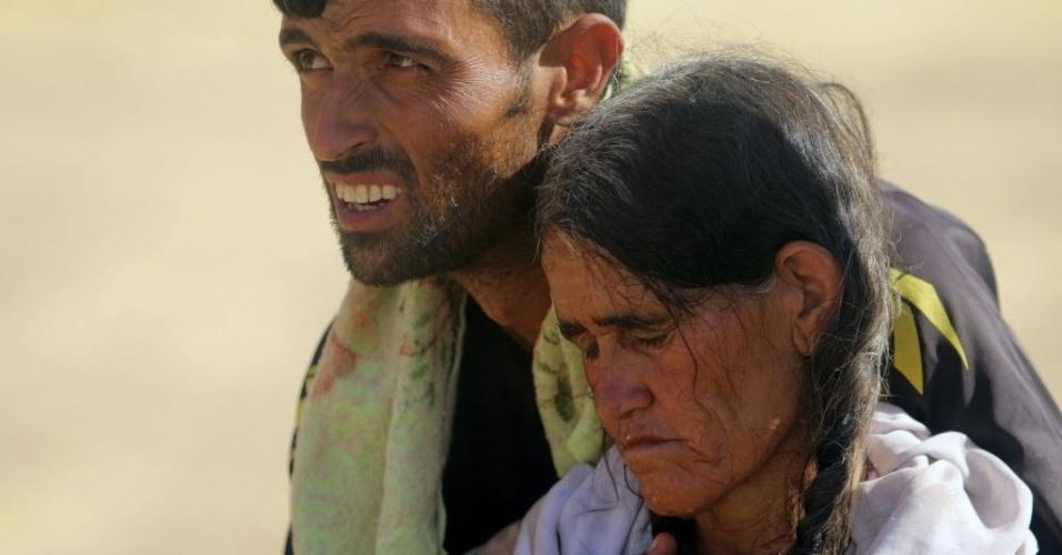 12.ago.2014 - Em foto divulgada nesta terça-feira (12), membros da minoria étnica yazidis, fogem de ataques de militantes islâmicos em direção à Síria. Pelo menos 500 yazidis foram mortos durante uma ofensiva no norte do país