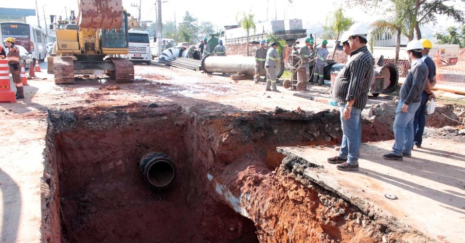 12.ago.2014 - Funcionários trabalham no rompimento de adutora da Sabesp, na manhã desta terça-feira (12), na estrada de Itapecerica, na zona sul de São Paulo. A obra interrompeu o abastecimento de água para 1,2 milhão de moradores e também complicou o trânsito na região