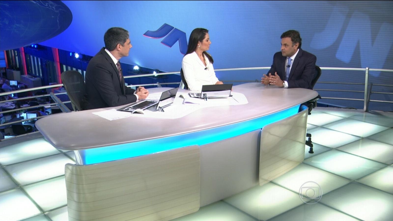 11.ago.2014 - O candidato à Presidência Aécio Neves (PSDB) concede entrevista aos jornalistas William Bonner e Patrícia Poeta na bancada do