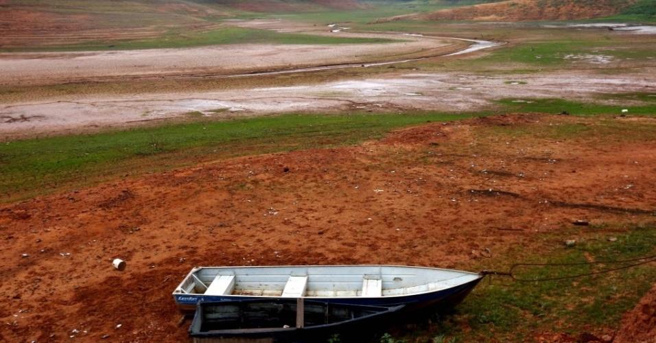 13.ago.2014 - Barco fica encalhado no leito da represa de Paraibuna, localizada na cidade de Redenção da Serra, no interior do estado de São Paulo, nesta quarta-feira (13)