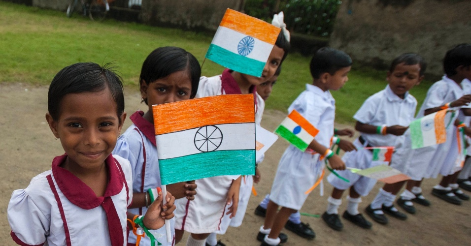 15.ago.2014 - Estudantes comemoram Dia da Independência da Índia em escola de Calcutá; país se tornou independente em 1947