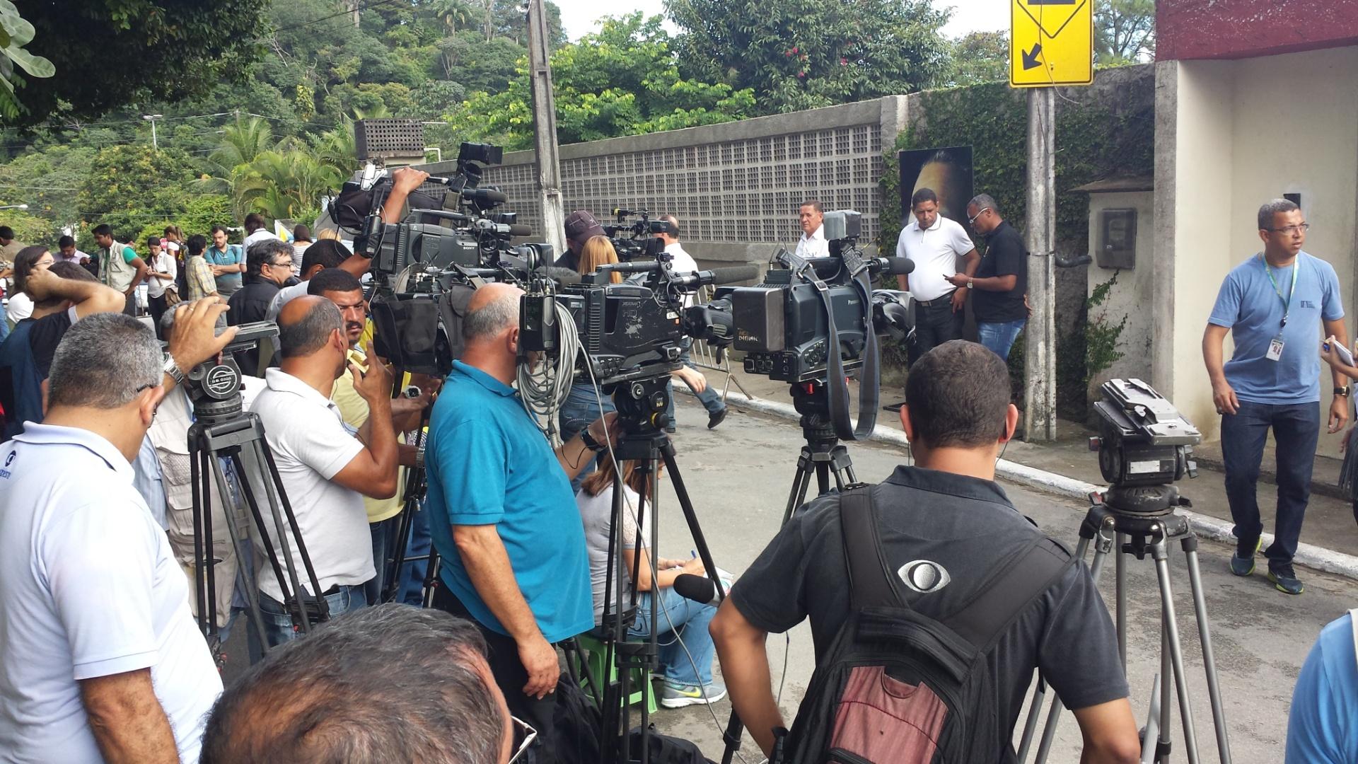 16.ago.2014 - Jornalistas aguardam a chegada de políticos e familiares à casa de Eduardo Campos, em Recife (PE) neste sábado. Campos e outras seis pessoas morreram em um acidente aéreo em Santos (SP)