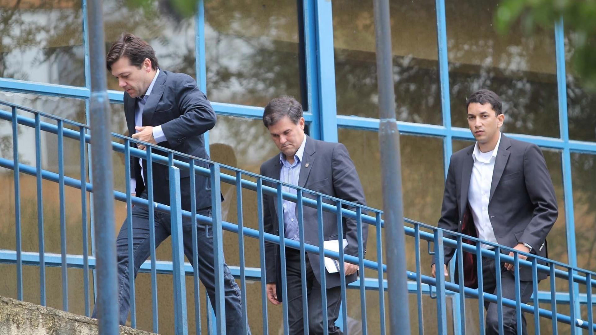 16.ago.2014 - O prefeito de Recife, Geraldo Júlio, chega ao IML (Instituto Médico Legal) de São Paulo (SP) acompanhado por assessores neste sábado (16). No local estão os restos mortais das sete vítimas do acidente aéreo ocorrido em Santos (SP), entre eles os do candidato do PSB à Presidência da República, Eduardo Campos