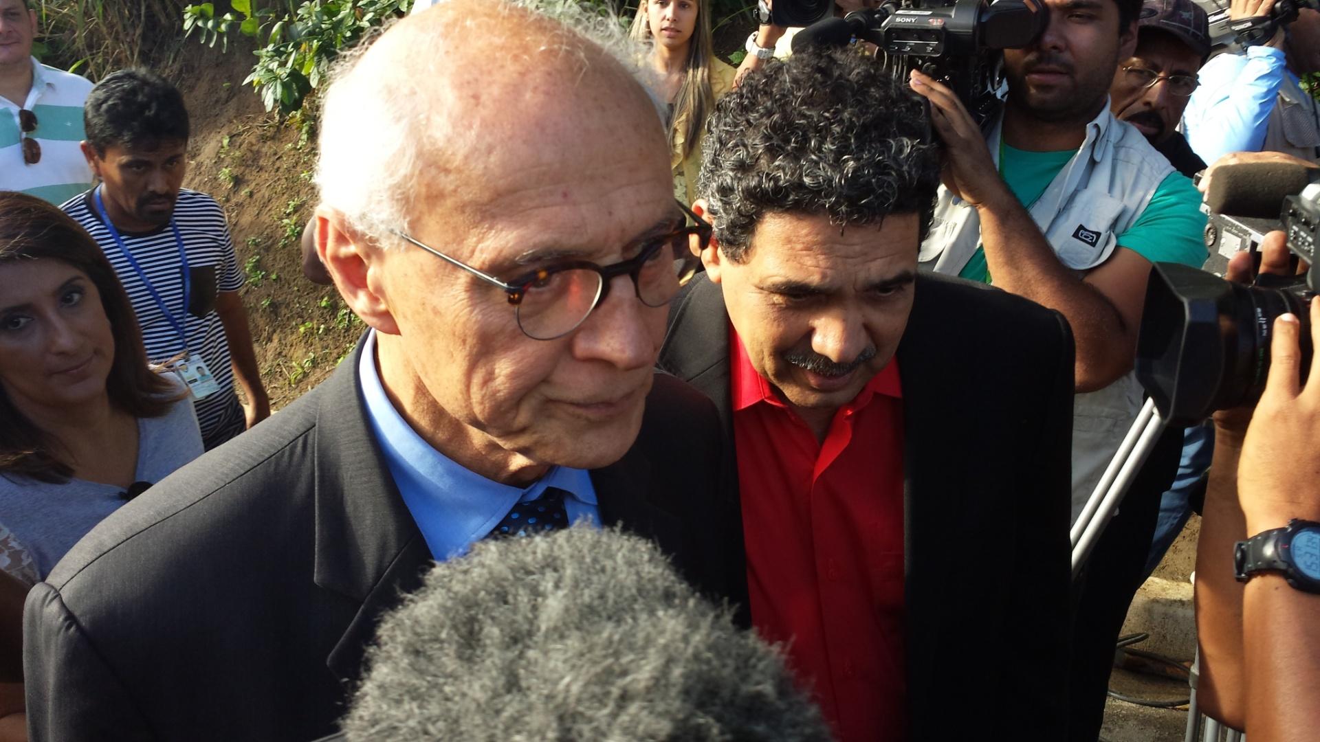 16.ago.2014 - O senador Eduardo Suplicy (PT-SP) chega neste sábado (16) à casa de Eduardo Campos, em Recife (PE). Suplicy foi prestar homenagens à família de Campos, que morreu em um acidente de avião na última quarta-feira