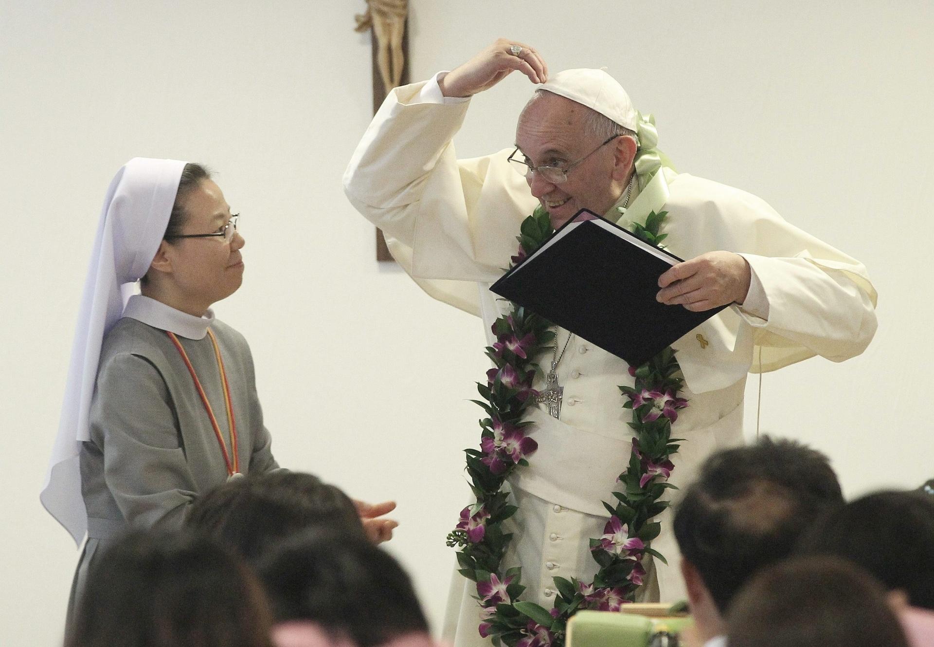 16.ago.2014 - Papa Francisco gesticula durante visita a uma creche para sem-teto e deficientes, neste sábado (16), em Eumseong, na Coreia do Sul. O pontífice fica no país até 18 de agosto, para beatificar 124 mártires coreanos