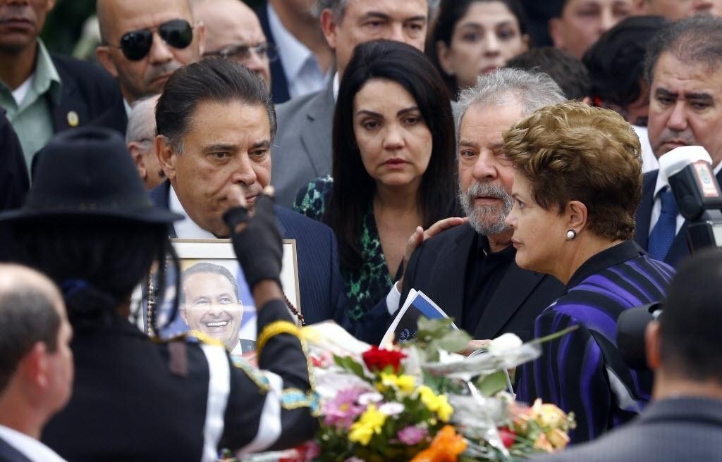 17.ago.2014 - A presidente Dilma Rousseff e o ex-presidente Lula chegam ao velório de Eduardo Campos no Palácio do Campo das Princesas, sede do governo estadual em Recife (PE) neste domingo (17). Eduardo Campos morreu na última quarta-feira, em um acidente de avião que matou ainda outras seis pessoas