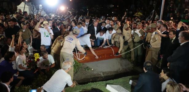 Corpo de Eduardo Campos é enterrado em cerimônia acompanhada por multidão