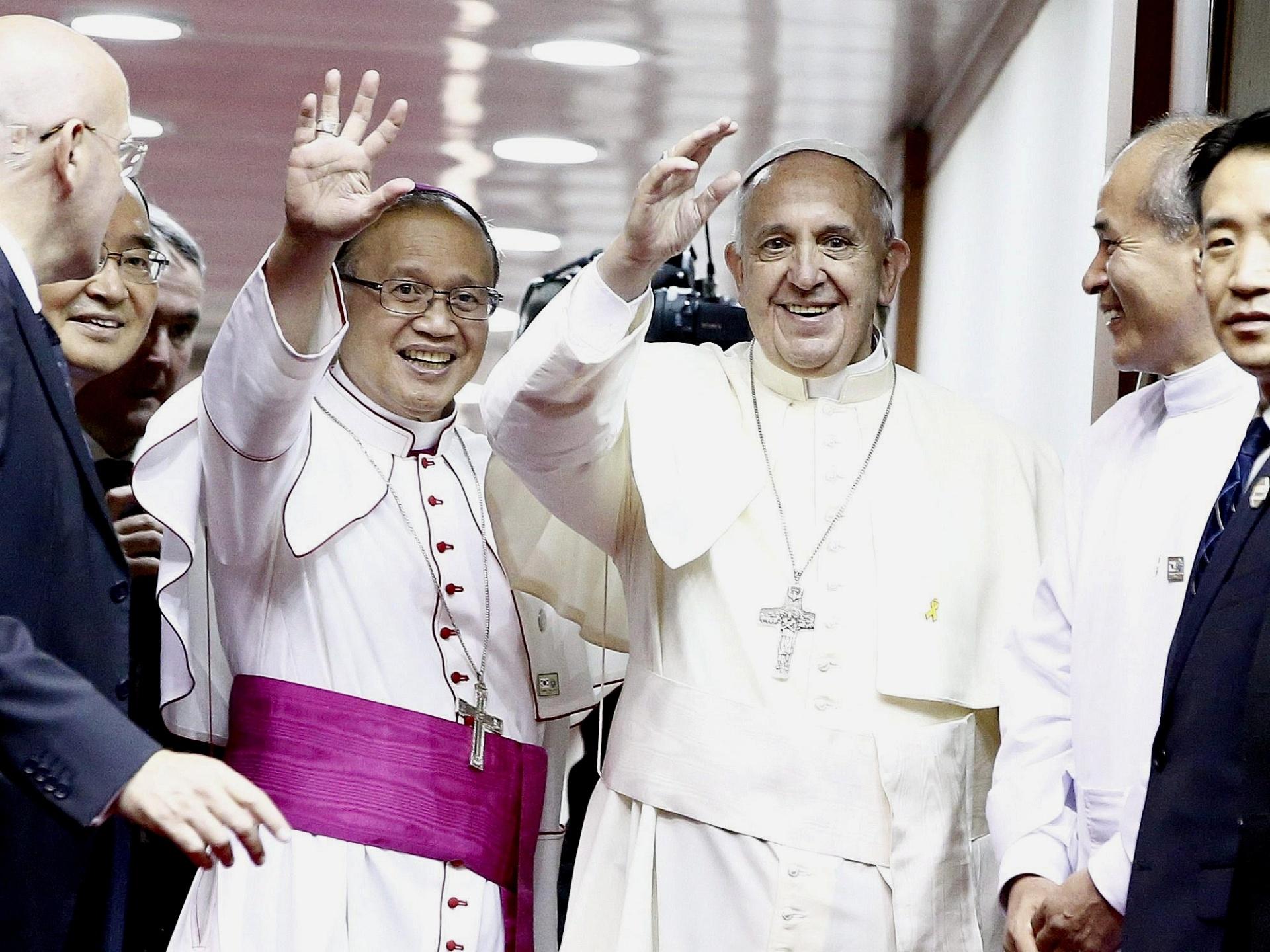 18.ago.2014 - O papa Francisco acena do aeroporto de Seul, em Seongnam City (Coreia do Sul), nesta segunda-feira (18), ao se despedir do país. Um avião fretado da Korean Air levará Francisco e sua comitiva de volta a Roma, após visita de cinco dias à Coreia do Sul