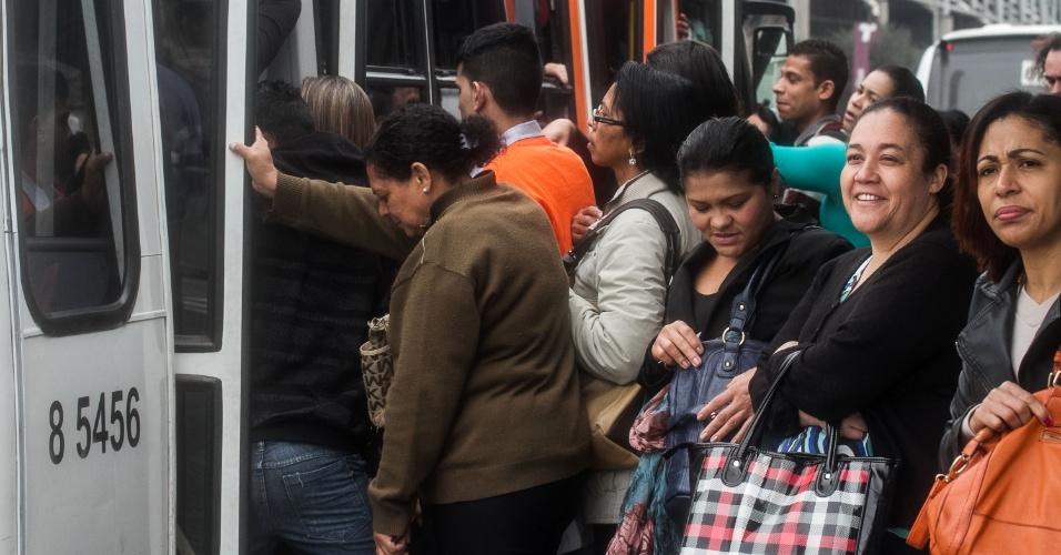 18.ago.2014 - Ponto de ônibus fica lotado e passageiros tem dificuldades para embarcar com atraso provocado por acidente na marginal Pinheiros próximo à ponte Estaiada, na zona sul de São Paulo. Uma motociclista morreu atropelada por um caminhão, que fugiu sem prestar socorro. Trecho da pista foi interditado pela CET (Companhia de Engenharia de Tráfego) e liberado por volta das 9h30. O reflexo do acidente provocava, por volta das 10h, quase 10 km de congestionamento, de Interlagos até a ponte Roberto Marinho, no sentido Castelo Branco