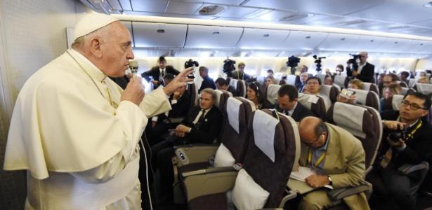 Francisco conversa com jornalistas durante o voo da companhia Korean Airlines que o levou de volta para o Vaticano, após uma visita de cinco dias à Coreia do Sul