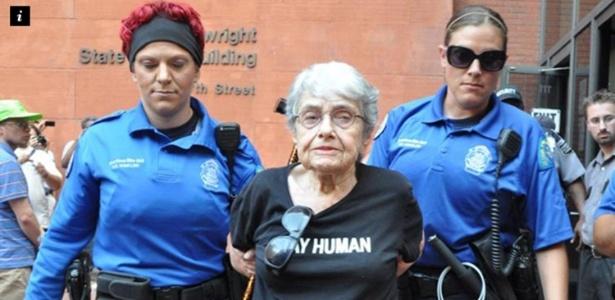 Hedy Epstein, 90, é presa ao participar de protestos em St. Louis, Missouri (EUA)