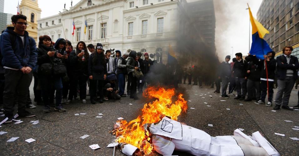 19.ago.2014 - Estudantes do ensino médio realizam uma manifestação em frente à Câmara Municipal de Santiago, no Chile. O ato foi realizado depois que a Corte de Apelações de Santiago decidiu proibir as ocupações de instituições de ensino pelos alunos
