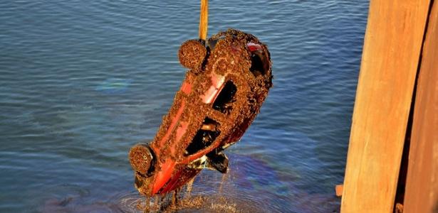 Carro coberto por moluscos e algas é retirado do rio Tietê, em Araçatuba (527 km de SP)