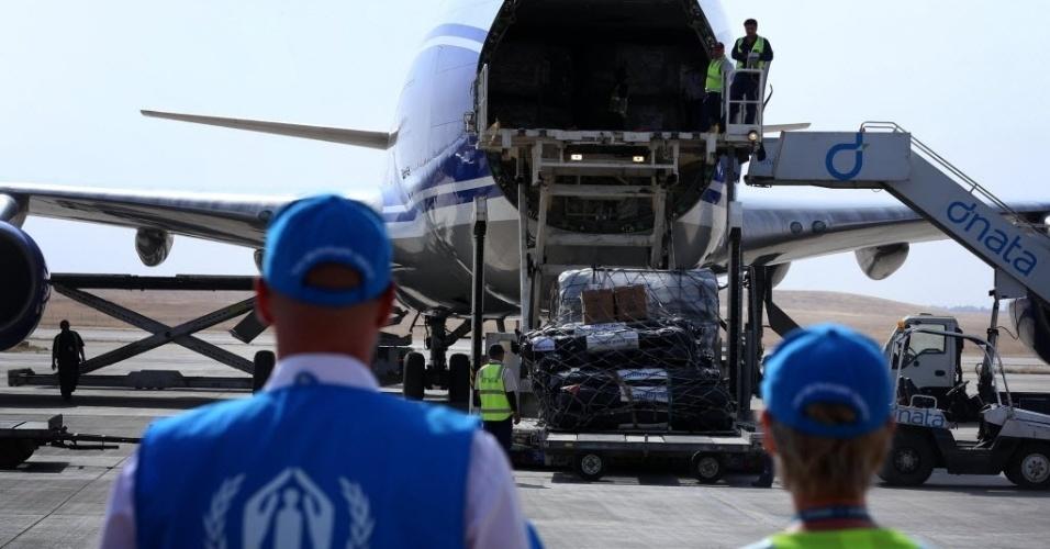 20.ago.2014 - Membros da ONU observam avião com 100 toneladas de ajuda humanitária ser descarregado  no aeroporto na cidade curda iraquiana de Erbil. A agência de refugiados da ONU disse que iniciou uma operação para levar ajuda a meio milhão de iraquianos expulsos de suas casas pelo Estado Islâmico (EI)