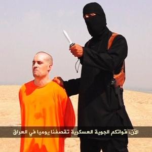 22.ago.2014 - O Estado Islâmico divulgou um vídeo em que um jihadista vestido de preto executa o jornalista James Foley