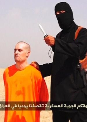 22.ago.2014 - O Estado Islâmico, grupo radical sunita que vem agindo com violência no Iraque e na Síria para impor a formação de um califado islâmico, divulgou um vídeo em que um jihadista vestido de preto executa o jornalista americano James Foley