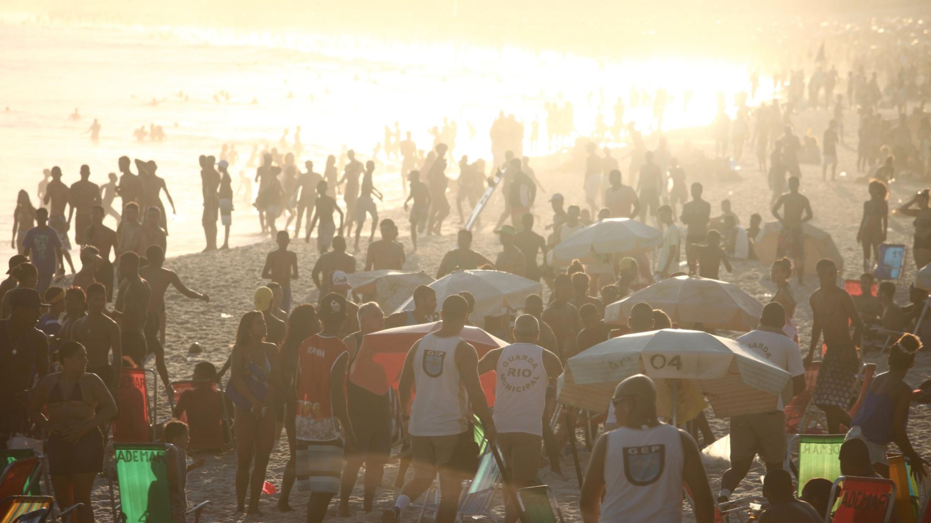 24.ago.2014 - Tumulto com suposto arrastão em dia movimentado de banhistas que lotaram a praia do Arpoador, na zona sul do Rio de Janeiro, na tarde de domingo