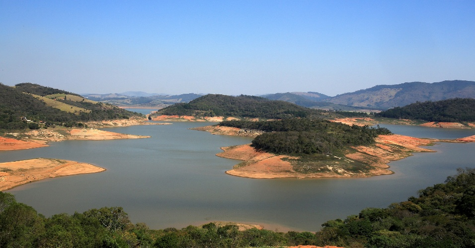 25.ago.2014 - Áreas que antes eram leito da represa Jaguari-Jacareí ficam à mostra com a redução do nível do reservatório localizado na cidade de Bragança Paulista (SP). A represa registrava 11,9% de capacidade nesta segunda-feira (25). O manancial passa pela pior estiagem de sua história