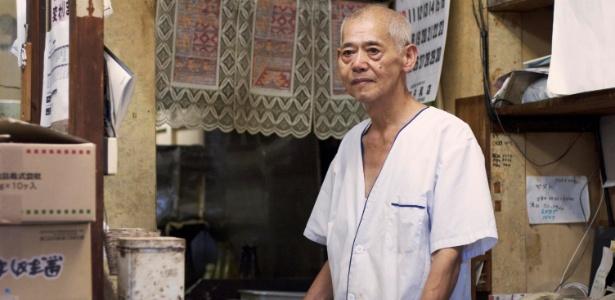 26.ago.2014 - Isamu Yoshida, 65, proprietário de uma loja de empanados fritos aberta pelos pais há mais de 50 anos, em Onjuku